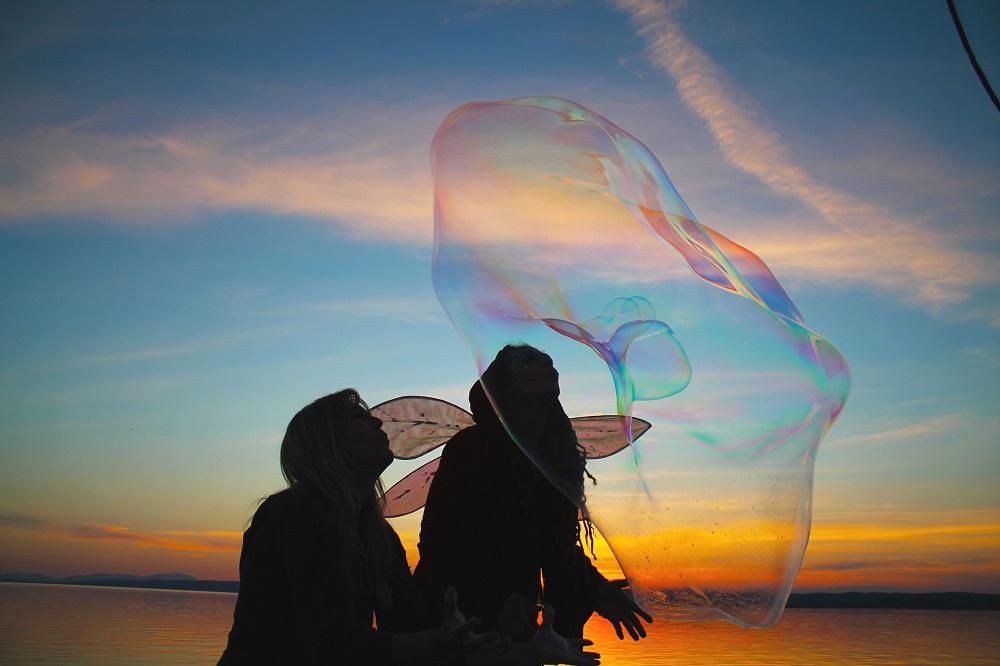 Riesenseifenblasen Show und Performance für den Euro Vision Song Contes Video Dreh am Neusiedlersee Seifenblasen Werkstatt Jasmin Belay