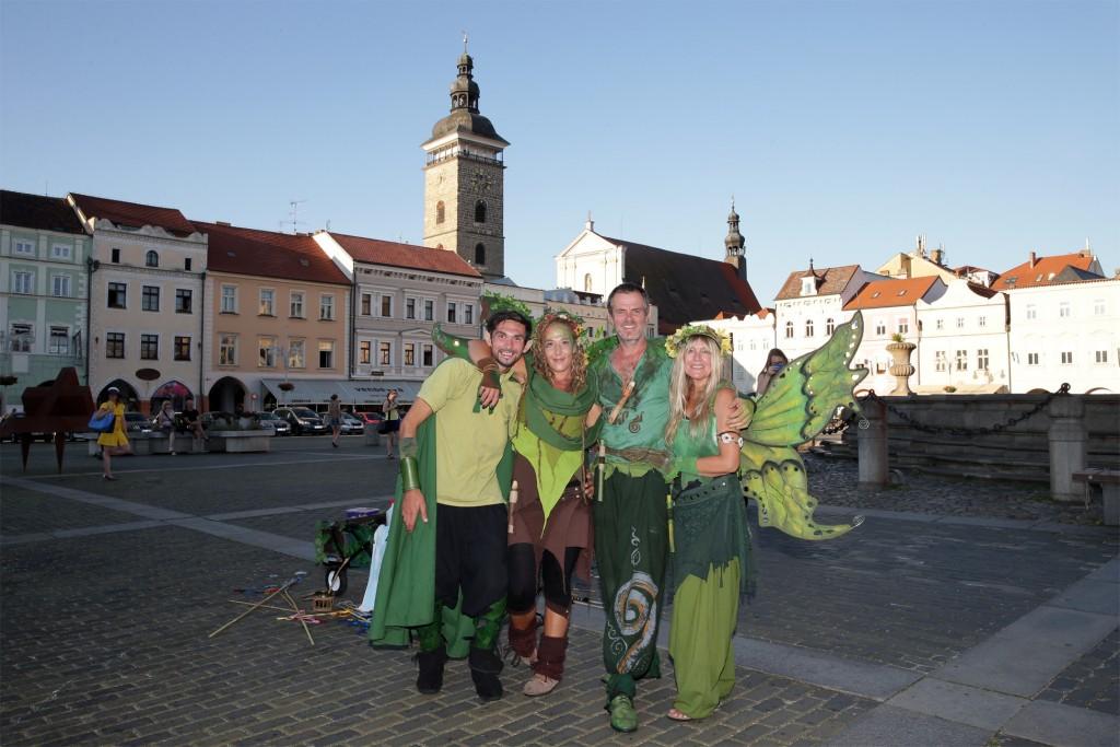 4 Seifenblasen Elfen in Budweis am Hauptplatz vor dem Samsonbrunnen